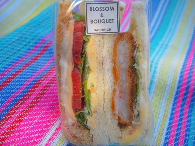 エビカツと具だくさんのサンドイッチ